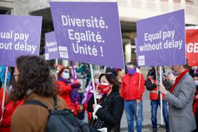 «Diversité, égalité, unité», «Equal pay without delay», quelques-uns des slogans que l'on pouvait lire sur les pancartes. ((Photo: Romain Gamba / Maison Moderne))