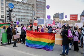 Les manifestants devant la gare. ((Photo: Romain Gamba / Maison Moderne))