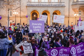 Les manifestants réunis place d'Armes, devant le Cercle Cité. ((Photo: Romain Gamba / Maison Moderne))