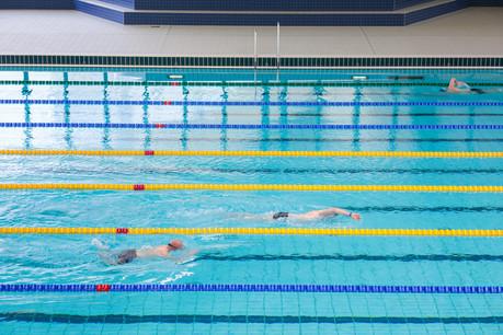 Pour aller nager, il faut bien se préparer et surtout ne pas oublier de réserver son créneau horaire. (Photo: Matic Zorman/Maison Moderne)