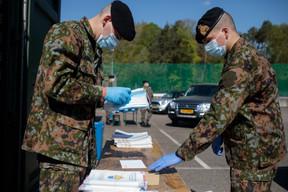 En avril, puis au mois de mai, les précieux masques chirurgicaux sont distribués aux résidents et travailleurs frontaliers, grâce à l'aide logistique de l'armée. ((Photo: Matic Zorman/Maison Moderne))