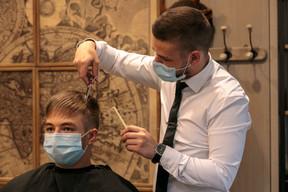 Les artisans peuvent reprendre leur activité depuis mai, à l'image des coiffeurs, non sans un strict protocole sanitaire. ((Photo: Matic Zorman / Maison Moderne))
