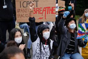 Le Luxembourg reste en partie paralysé par l'épidémie, mais les manifestations, elles, restent autorisées. Le 5 juin, devant l'ambassade des États-Unis, plus de 1.000 jeunes (masqués) protestent après la mort violente de George Floyd. ((Photo: Romain Gamba / Maison Moderne))