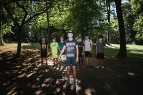 Le masque s'est imposé au fil des semaines à toutes les générations, comme à ces jeunes adolescents réunis avant de taper dans le ballon. ((Photo: Nader Ghavami/Maison Moderne))