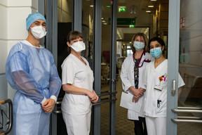 À l'image de ces professionnels rencontrés le 19 janvier au CHEM, les soignants ont été en première ligne tout au long de la crise sanitaire. ((Photo: Nader Ghavami / Maison Moderne))