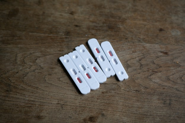 Les bons à valoir donnent droit à un test antigénique rapide réalisé par un pharmacien, qui, en cas de résultat négatif, décerne un certificat valable 24heures. (Photo: Matic Zorman/Maison Moderne)