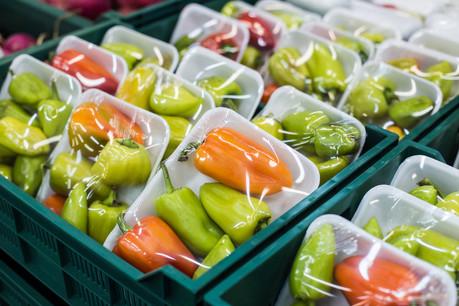 Parmi les 11 nouvelles pétitions ouvertes à la signature, l'une d'entre elles réclame l'interdiction des emballages plastiques pour les fruits et légumes. (Photo: Shutterstock)