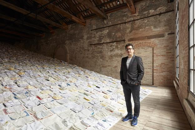 MarcoGodinho devant son œuvre «Written by Water» présentée à la Biennale d'art de Venise. (Photo: Luke A.Walker)