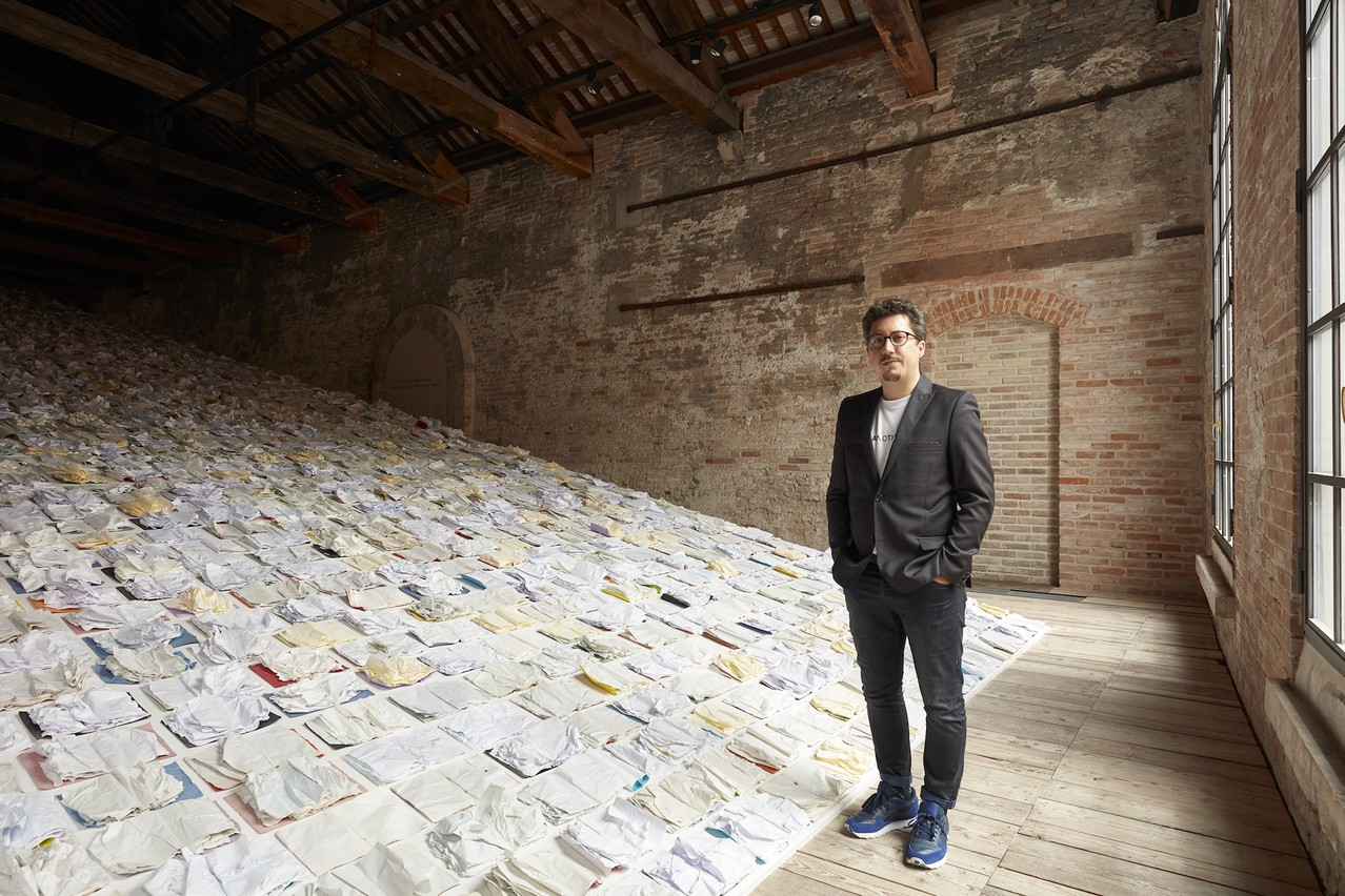 Marco Godinho devant son œuvre «Written by Water» présentée à la Biennale d'art de Venise. (Photo: Luke A.Walker)