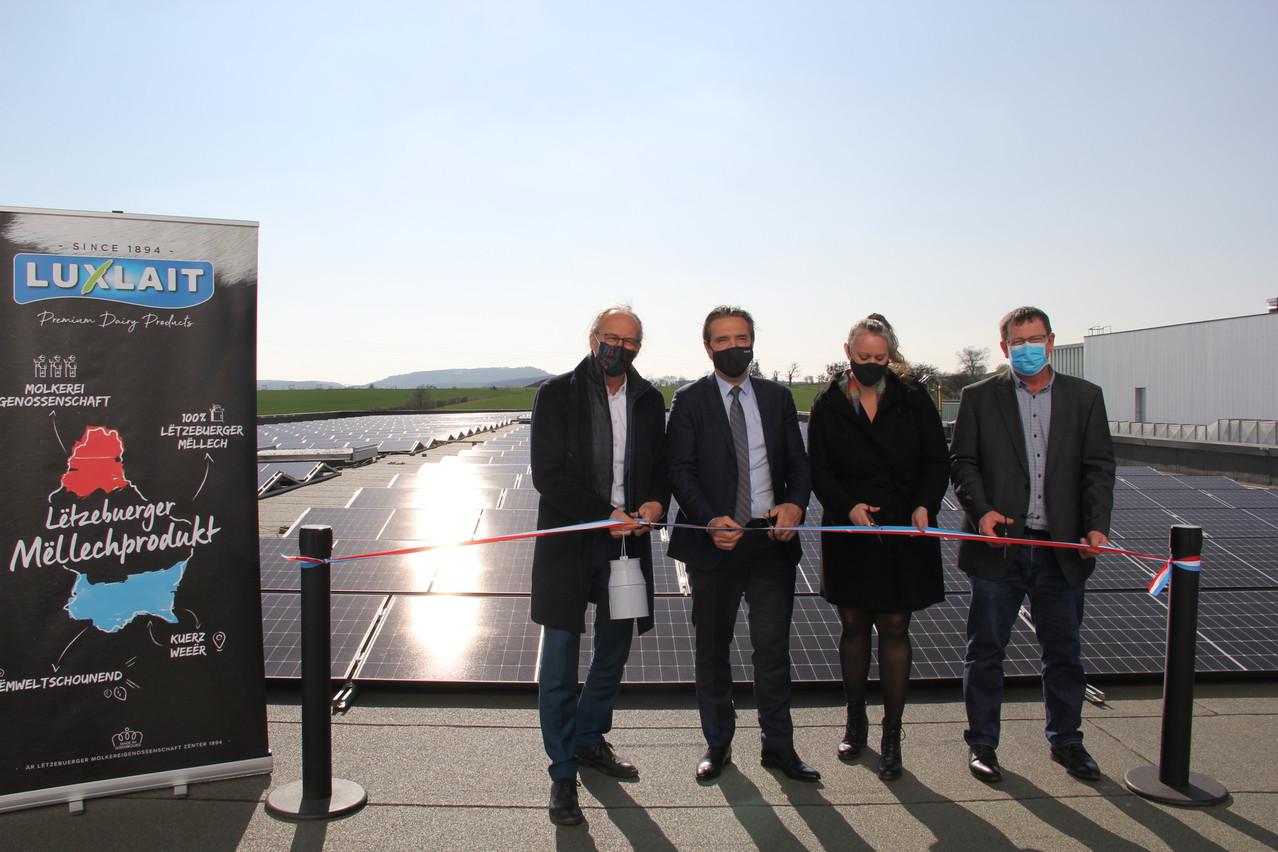 L'inauguration de la centrale photovoltaïque sur le toit de Luxlait en présence d'un duo de ministres. (Photo: Luxlait)