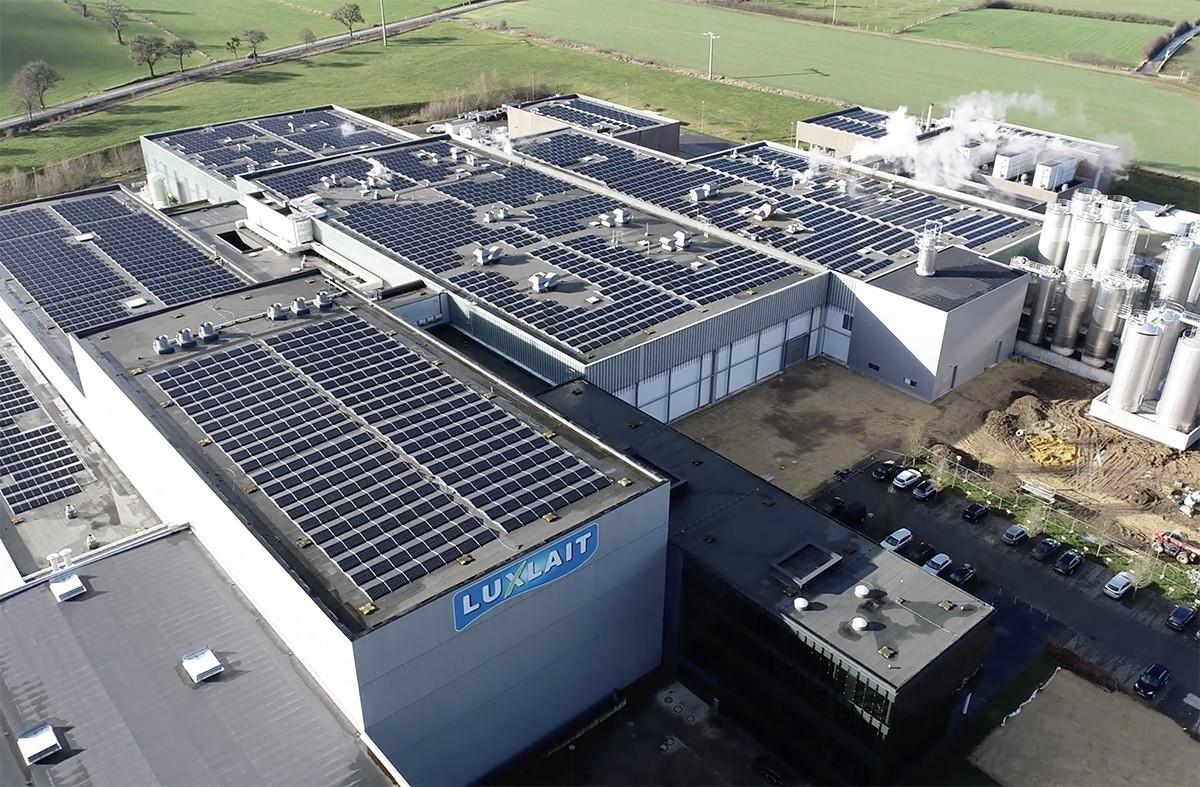 Le toit de l'usine de Luxlait a accueilli un total de 5.391panneaux photovoltaïques. (Photo: Luxlait)