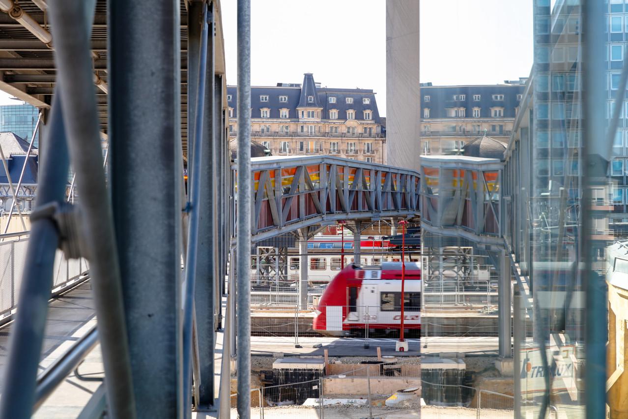 La passerelle reliant la gare de Luxembourg au quartier de Bonnevoie sera démontée l'été prochain et entièrement refaite. (Photo: Romain Gamba / Maison Moderne)