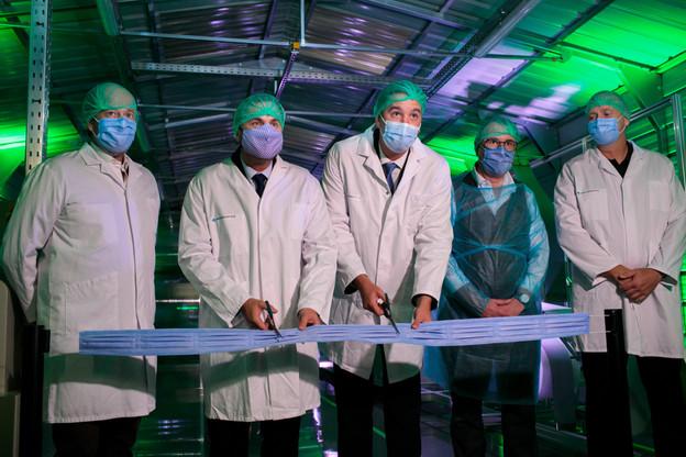 Xavier Bettel et Lex Delles se sont rendus à Santé Services pour inaugurer l'unité de production de masques, en coupant un ruban… de masques. (Photo: Matic Zorman / Maison Moderne)