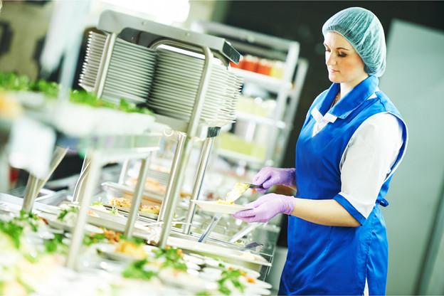 Toutes les entreprises de la restauration collective ne sont pas égales face à la crise. Si les activités corporate souffrent, les cantines des centres hospitaliers et des établissements scolaires résistent encore. (Photo: Shutterstock)