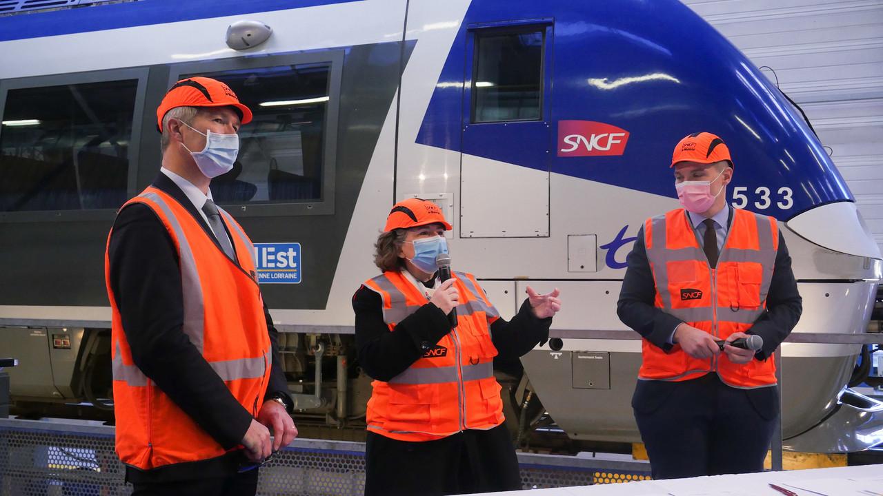 Le vice-président de la Région Grand Est, David Valence (à droite), et les représentants de la SNCF, Stéphanie Dommange et Xavier Ouin, ont signé un contrat pour la rénovation de 70% du parc TER de la Région Grand Est. (Photo: Technicentre de Bisheim / SNCF)