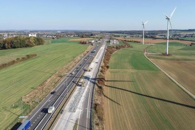 Le chantier de réhabilitation des 11km de l'E411 entre Arlon et Sterpenich, achevé en avril2019, a coûté 12.650.000 euros. Déplacer la bande de covoiturage vers le milieu de la chaussée en coûtera 20, selon le ministre régional. (Photo: Sofico/archives)