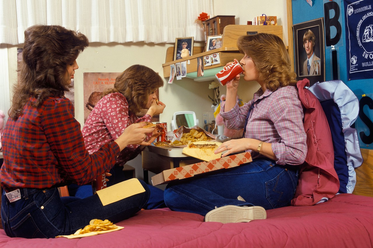 «Les filles, quand je nous vois manger comme ça, je me dis vivement la rentrée Foodzilla en septembre!» (Photo: ClassicStock / AlamyStock Photo)