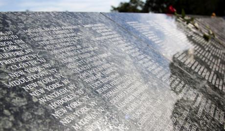 Un mur de granit commémoratif du 11 Septembre sur lequel sont gravés des noms à l'intérieur d'Eagle Rock Reservation, à West Orange, dans le New Jersey, rend hommage aux victimes des attaques terroristes de 2001, vu en 2012. (Photo: Glynnis Jones/Shutterstock)