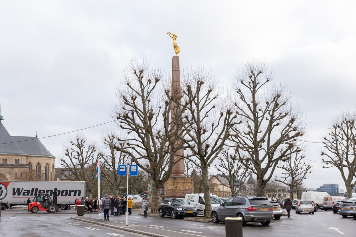 The car park around the Gëlle Fra will disappear as part of a project to revamp the Place de la Constitution. Photo: Romain Gamba / Maison Moderne