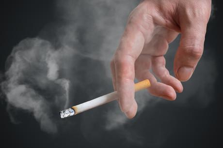 La dernière fois qu'un taux de tabagisme supérieur à 25% avait été enregistré, c'était en 2005. Et la plus grande proportion de fumeurs se rencontre chez les jeunes, avec un tiers (33%) des 18-24ans qui a fumé en 2020, selon l'enquête de la Fondation Cancer. (Photo: Shutterstock)