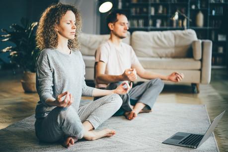 En quelques minutes seulement, les trois exercices proposés ce week-end vous invitent à vous sentir mieux, tout simplement. (Photo: Shutterstock)