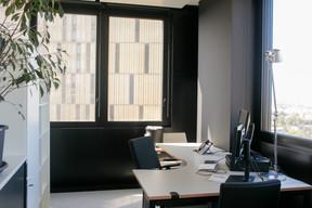 Le gris clair, le blanc et le noir dominent dans les nouveaux bureaux de la 3 e  tour. ((Photo: Matic Zorman))