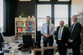 Koen Wolfs, chef de l'unité de traduction néerlandaise, et Erik Adam confirment le confort de leur nouvel environnement de travail auprès de François Biltgen. ((Photo: Matic Zorman))