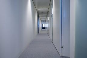 De longs couloirs aux couleurs pastel tranchent avec le noir et le doré des bureaux. ((Photo: Matic Zorman))