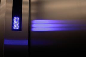 Six ascenseurs permettent de monter en quelques secondes jusqu'au 27 e  étage. ((Photo: Matic Zorman))