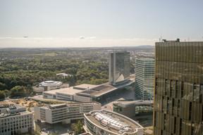 Côté sud, la Cour administrative et la Héichhaus (ministères de l'Environnement et de la Mobilité), et plus loin, Luxembourg. Le regard porte jusqu'aux tours de la centrale nucléaire de Cattenom. ((Photo: Matic Zorman))