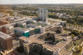 Le Parlement européen en premier plan, la Cour des comptes européenne ensuite: la tour laisse à voir l'étendue et la diversité des institutions européennes installées sur le plateau de Kirchberg. ((Photo: Matic Zorman))