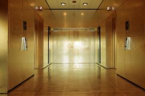 Le visiteur est ébloui par un palier doré du sol au plafond au 27 e  étage. (Matic Zorman)