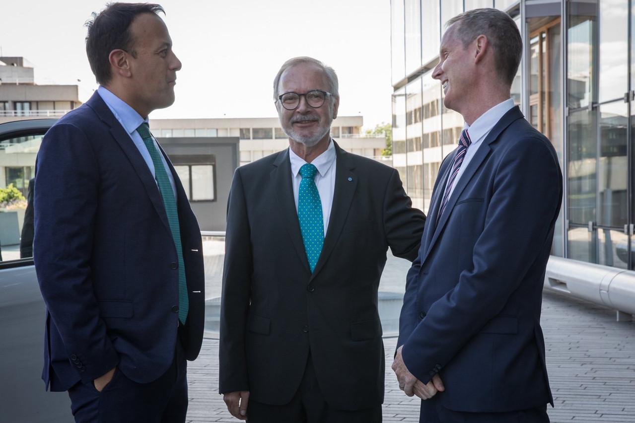Leo Varadkar (ici à gauche), aux côtés du président de la BEI Werner Hoyer et du vice-président de la BEI Andrew McDowell. (Photo: Twitter/@EIB)