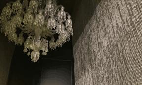 Détail du sas d'entrée d'une salle d'audience avec lustre de Baccarat et tapisserie en maille métallique. ((Photo: Paperjam))