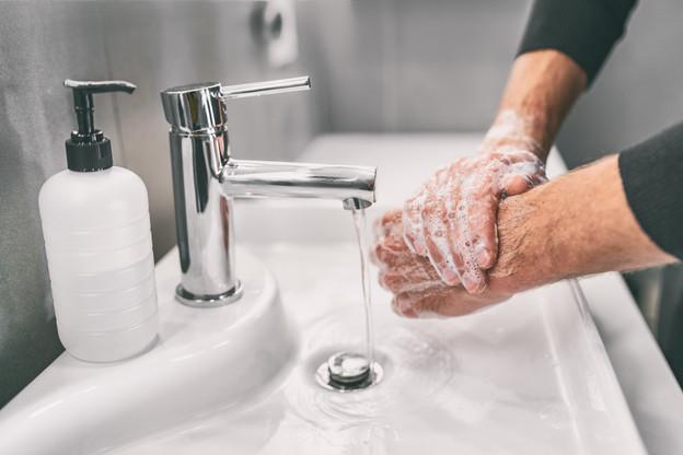 Se laver les mains aussi souvent que possible reste un geste utile. Même si le nombre de nouvelles infections détectées est faible. (Photo: Shutterstock)
