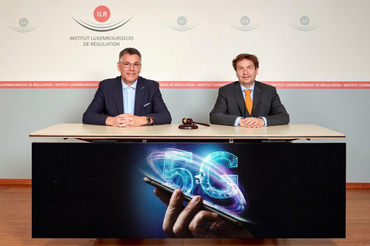 ClaudeRischette, chef du service Fréquences de l'Institut luxembourgeois de régulation, et LucTapella, directeur de l'ILR, ont achevé l'attribution des fréquences pour la 5G. (Photo: ILR/Eric Devillet)