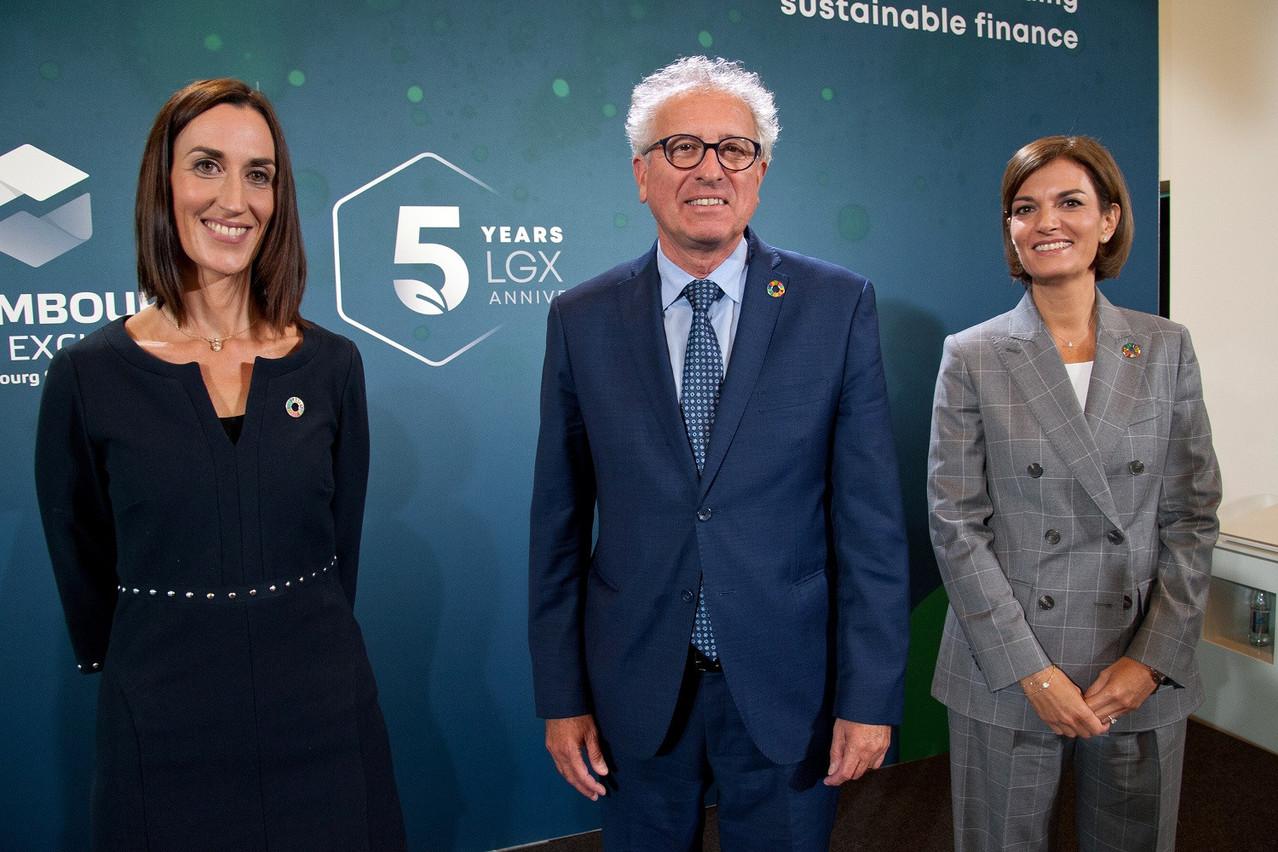Laetitia Hamon (head of sustainable finance de LuxSE) et Julie Becker (CEO de LuxSE) entourent ici le ministre des Finances, PierreGramegna, orateur principal de cette soirée anniversaire consacrée à la finance durable (Photo: Luxembourg Stock Exchange)
