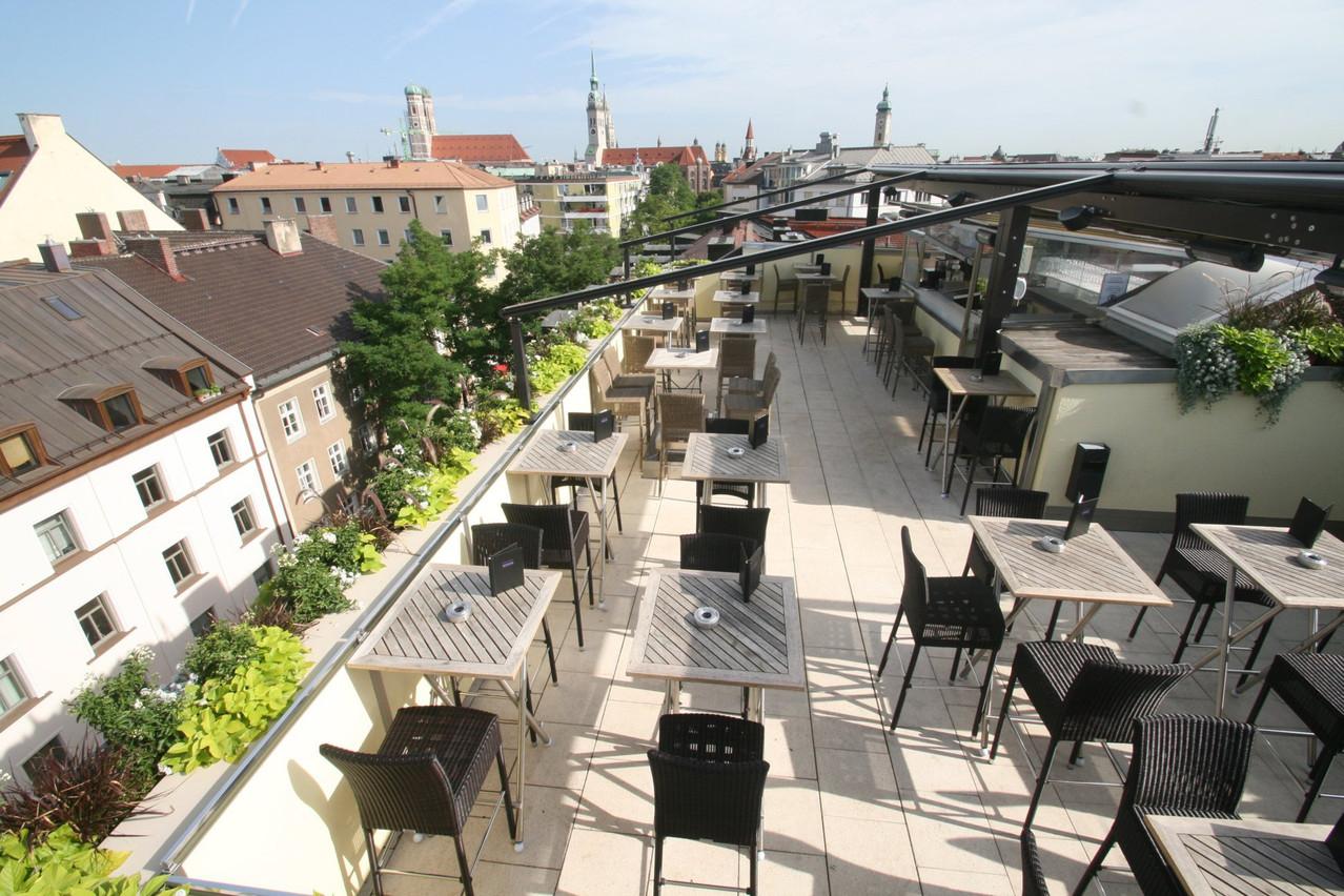 La grande terrasse offre une vue sur Munich. (Photo: Page Facebook de l'hôtel Deutsche Eiche)