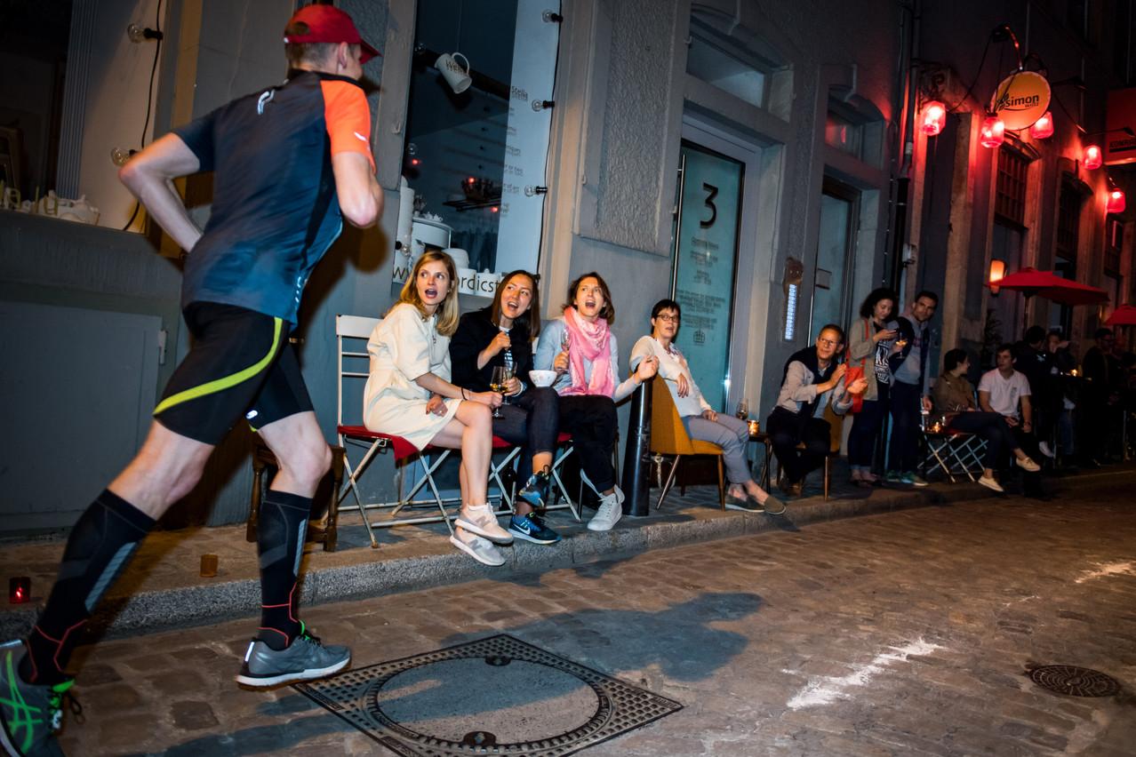 Devant chez soi ou à la terrasse d'un café, les supporters devraient encore être nombreux à encourager les 16.000 coureurs, samedi. (Photo: Nader Ghavami/Archives)