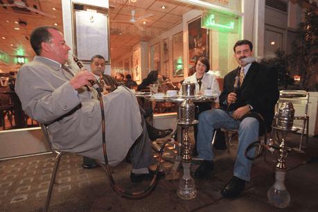 La shisha, devenue désuète pendant quelques générations, revient en force depuis une paire d'années et les bons endroits où en profiter continuent à séduire une nouvelle clientèle… (Photo: Alamy Stock Photos)