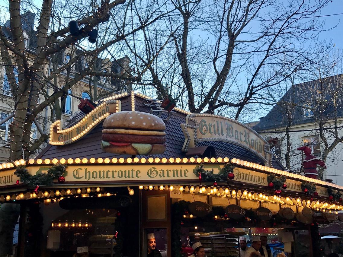 Juste à côté du kiosque, c'est au Grill Bar Rond qu'on choppe les meilleurs burgers du marché! Maison Moderne