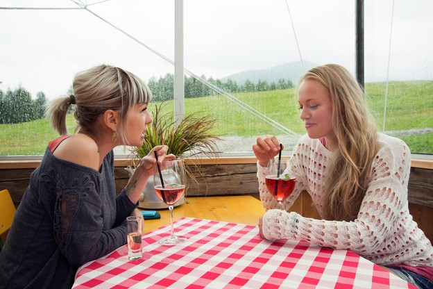 Après de longues années passées à se faire dénigrer, le vin rosé regagne aujourd'hui ses lettres de noblesse… Mais quoi boire avec qui? On vous dit tout… (Photo: Cultura Creative RF/Alamy Stock Photos)