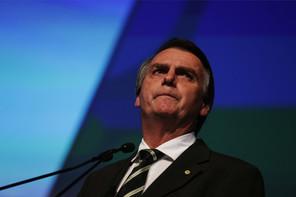 Le président brésilien a annoncé mardi être lui-même contaminé, sans pour autant changer ses habitudes de non port du masque. (Photo: Shutterstock)