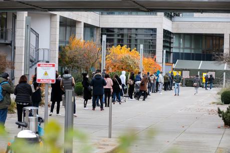 Une file d'attente aux Hôpitaux Robert Schuman pour se faire dépister. (Photo: Matic Zorman/Maison Moderne)