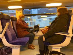 À Bettembourg, deux femmes montent et rompent, en portugais, le silence glacial du wagon. ((Photo: Paperjam))