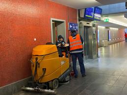 Dans le souterrain, deux employés de nettoyage s'accordent un instant de discussion. ((Photo: Paperjam))