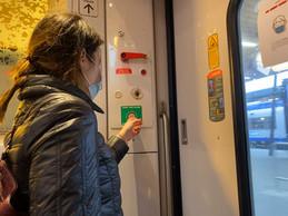 À l'arrivée, phalange repliée et main gauche pour ouvrir la porte en limitant les risques. ((Photo: Paperjam))