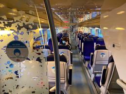 «En train, tous responsables», un des autocollants affichés partout pour appeler au respect des distances de sécurité. ((Photo: Paperjam))