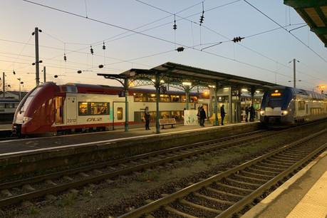 7h57 et 8h06, les deux derniers TER à aller vers Luxembourg en ce mardi de grève. Le premier était tout juste plein et le second largement vide. À la différence des deux TER partis une demi-heure plus tôt. (Photo: Paperjam)