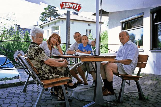 Papi et Mamie sortent le portefeuille dimanche prochain? Sortez les bonnes adresses avec Paperjam Foodzilla! (Photo: Alamy Stock Pictures)
